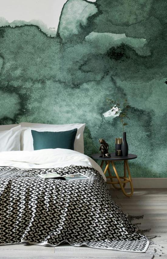 Зеленая акварель в интерьере спальни