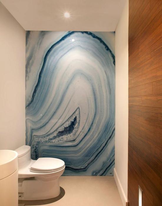 Стена из оникса в ванной
